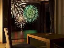 【客室】花火大会開催期間中はお部屋からも美しい花火をお楽しみ頂けます。