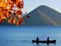 【秋】心地よい湖のせせらぎと、赤く染まった葉を揺らす秋の風。