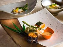 【会席・夏】噴火湾産スズキの山葵おろし焼きには夏野菜と泡コショウを添えて。