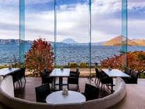【ブッフェレストラン】洞爺湖の紅葉は例年、10月上旬から色づき始めて10月中旬~下旬にピークを迎えます。