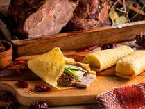【12~2月・夕食ブッフェ】自家製海鮮醤で仕上げたチャーシューをクレープ包みでどうぞ。
