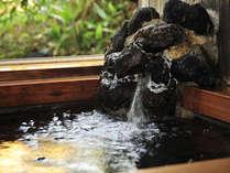 天然温泉露天風呂のような岩風呂をおたのしみください
