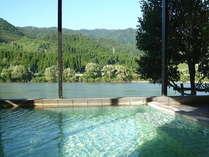 悠々と流れる阿賀野川と山の緑を眺めながらゆったり浸かれる天然温泉