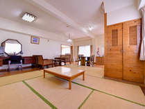 *B棟コテージ(リビング)/1Fは和洋室、2Fはベッドルーム。お気軽に別荘気分を味わえます。