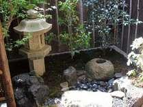居間から眺めることができる坪庭。伝統的な和風庭園をお楽しみ頂けます。