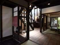 吹き抜け窓、格子から光差し込む家。柱からは木のぬくもりを感じることが出来ます。