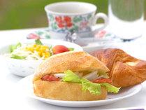 *洋食をご用意。パンとサラダ、コーヒーをご用意。パンの種類は日により変わります。