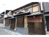 建物外観 2軒並びの仕舞屋造(しもたやづくり)の京町家。手前側が、「朱雀ふしぞめ庵」でございます。