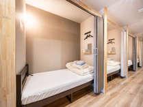 【相部屋】シングルベッド:カーテンでの開閉が可能、視界を閉ざすことができます。