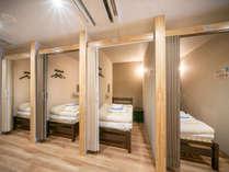 【相部屋】シングルベッドワイドスペース:通常シングルに比べて空間が少し広めです。