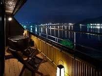 河口湖を望む温泉露天風呂付和洋室12.5畳+TW【801】号室テラスからの夜景