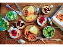 パンやシリアル、ヨーグルトなどのほかにも、自分好みにカスタマイズできるヌードルブッフェも食べ放題!
