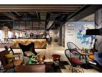 ブルックリンのおしゃれなカフェのようなバー&ロビーエリア。24時間いつでも利用可能です。