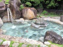 *【女性露天風呂】庭園風の露天風呂。刻々と趣を変えてゆく山里の自然を肌で感じながらお過ごしください
