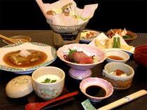 ご夕食一例。旬の食材を使った和定食になります。