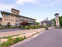 *三徳川沿いに佇む公共の宿 世界屈指のラドン泉を有する三朝温泉と季節毎に変わる懐石料理をご堪能下さい。