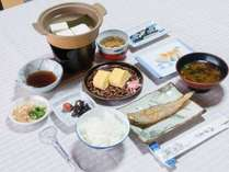 *【朝食一例】自家製の干物など旅館定番の和定食