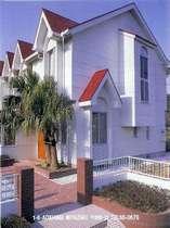 ・白壁に赤い屋根が目印のペンションです。