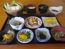 *朝食一例/焼き魚に湯豆腐もついたボリュームたっぷりの和朝食で朝から元気!