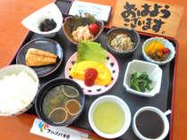 *【朝食一例】焼き魚や玉子料理などバランスの良い和朝食。献立は季節により異なります