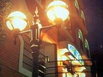 ステンドグラスが印象的な夜の外観