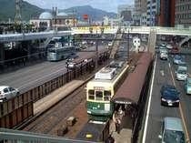 路面電車が走る長崎駅前の風景(当館より徒歩約3分)