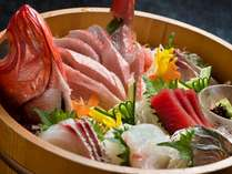 当日水揚げされたばかりの新鮮な地魚を桶盛りにてご提供