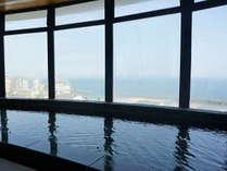 【展望大浴場】露天風呂・サウナが併設された大浴場では、日本海を眺めながらかけ流しの極上の湯浴みを!