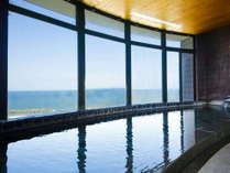【桐壷の湯】大浴場の檜風呂。風光明媚な海岸沿いの皆生温泉を一望!