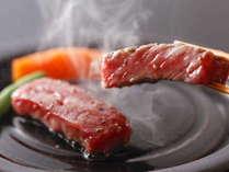 【厳選グルメ】 メイン料理がなんと3つ!山と海の幸を堪能♪朝夕部屋食「あわび+ステーキ+カニプラン」
