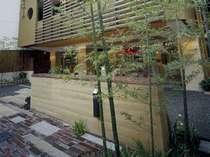 玄関前の「版築壁」と竹