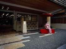 玄関横には、赤い日傘  記念写真スポット