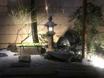 大広間奥の水琴窟を施した庭