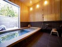 檜と十和田石が調和した半露天風呂『天然温泉麓八の湯』都会の喧騒を忘れお寛ぎください。