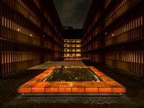 東京の喧噪を忘れる静かで開放的な14階の中庭