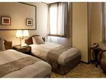 《ツインルーム》壁のデザインは客室ごとに異なりますので、ご宿泊の度に違った雰囲気をお楽しみ下さい