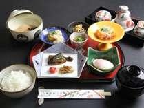 手の込んだ和朝食は目にも鮮やかです。