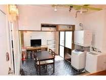 共有スペース洗濯機・乾燥機は無料です。共有の自炊スペースもあります