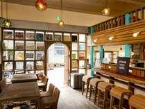 1階ラウンジとカフェスペース。昼間は自家焙煎の珈琲やスイーツがございます。