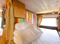 ベッドの中はゆったりとくつろげる広さです。新しいリネンを敷いた状態でご用意しております。