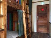 木製の縦長でカプセルタイプ2段ベッドが2台設置されています。