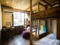 [4名ドミトリー/個室]カプセルタイプの縦長の2段ベッドで側面は壁で入口はカーテンがあります。
