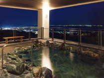 【天然温泉露天風呂「やまももの湯」】夜には蒲郡市街の絶景が迎えてくれます。