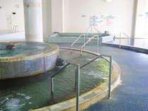 プールサイドにあります温泉を使ったスパです。水着着用でご利用ください。