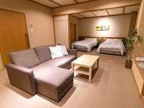 【貴賓室花鶏(あとり)】100%源泉かけ流し展望風呂+和室+ベッド+リビングのお部屋です。