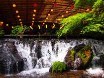 【川床】新緑の中を流れる小滝からマイナスイオンがたっぷり♪