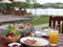 地卵料理やベーコン、焼立てのパン、フレッシュな野菜サラダなどヘルシーな朝食で1日の活力をチャージ!