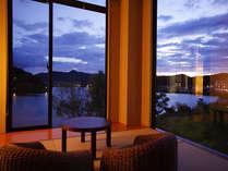 二面に窓を設け、離湖をパノラマで臨む客室