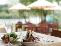 開放的なテラスで味わう食事は格別!ディナーはもちろん、ランチタイムにもゼヒ