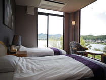 二面の窓から離湖を望む眺めのいい客室
